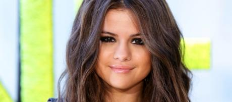 Selena Gomez tirou o seu famoso anel.