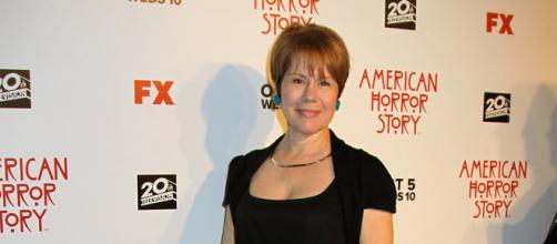 Mary (Christine Estabrook) é o elo de ligação.