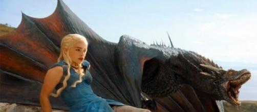 Emilia Clarke en una escena de 'Juego de Tronos