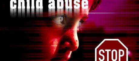 Fa ubriacare la figlia e la violenta