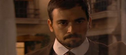 Justo spia Manuela mentre lavora.