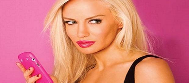 Luciana Salazar totalmente de rosa