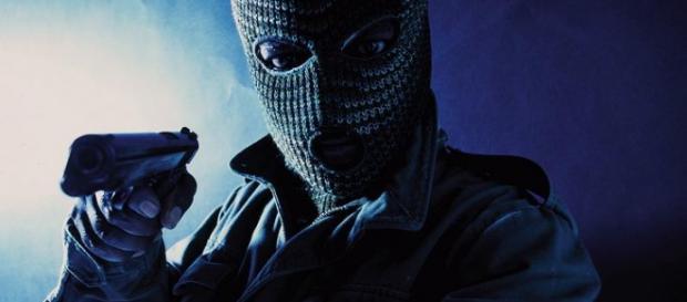 Un rapinatore armato di pistola
