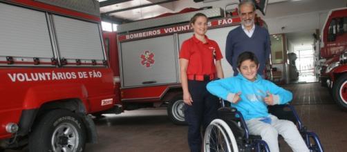 Mikael está feliz e agradece aos bombeiros.