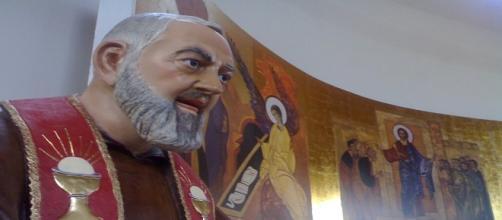 Statua di Padre Pio in una chiesa di Crotone