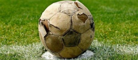 Un vecchio pallone di cuoio sgonfio