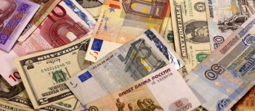 Sospesi gli acquisti di valuta estera in Russia