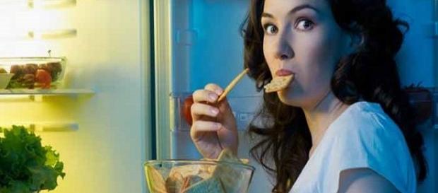 Descubra se comer carboidrato à noite engorda