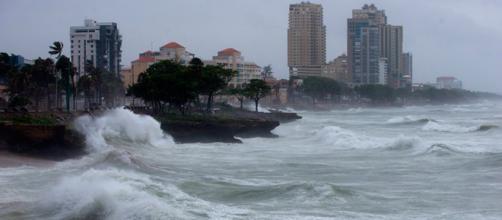 Fuertes olas baten contra costa de Dominica