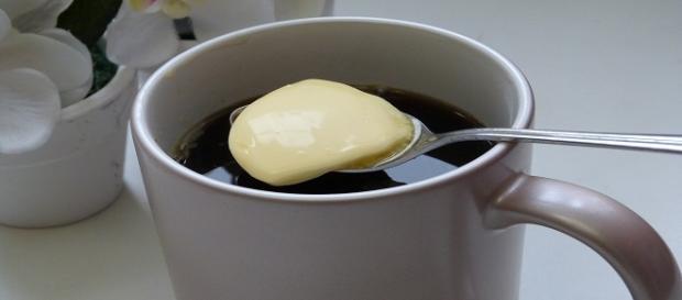 Una taza de café con mantequilla