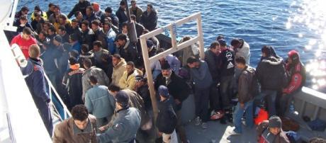 Inmigrantes ilegales atravesando el Mediterráneo