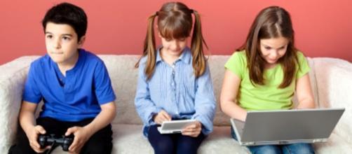 Bambini sempre più connessi: i pericoli della rete