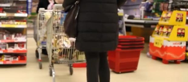 Fila dinanzi alla cassa di un supermercato