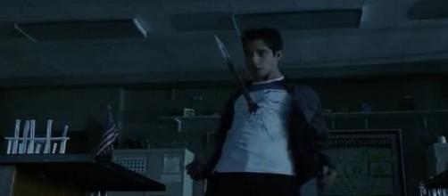 Kira fuori controllo attacca Scott.