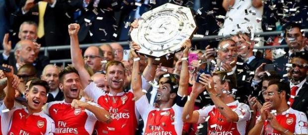 Mikel Arteta lifts the trophy.