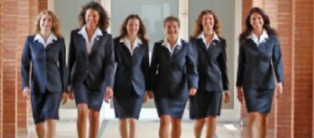 Un gruppo di giovani hostess al lavoro