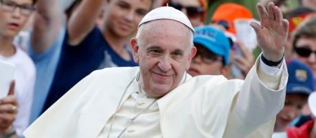 Francisco saluda a sus seguidores. Foto: Reuters