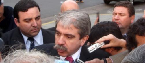 Aníbal Fernández da explicaciones a los medios.