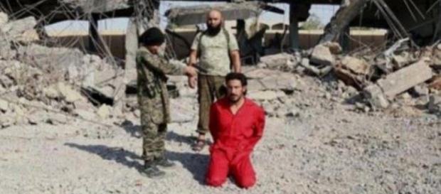 Copil fotografiat în timpul unei execuții