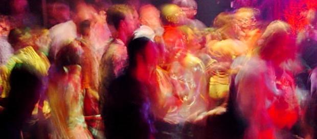 Giovani che ballano a un rave party
