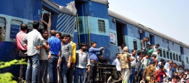 india 2 treni deragliano sul ponte