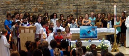Comunidade local esteve reunida na igreja.