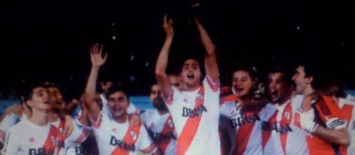 El mellizo Ramiro Funes Mori alzando la copa