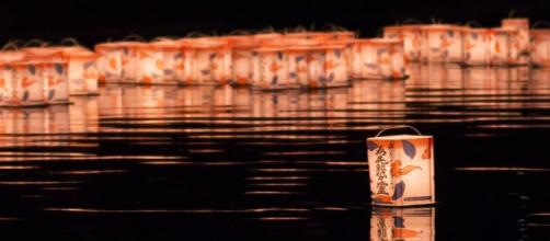 Linternas flotantes durante el festejo del Obon
