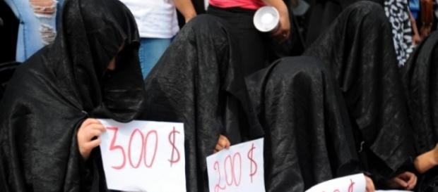Mulheres do grupo Yazidi protestam contra o EI