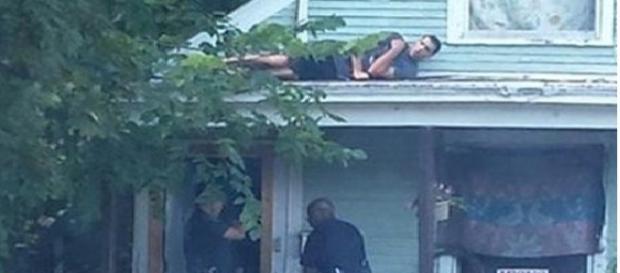Suspectul s-a ascuns pe acoperișul locuinței