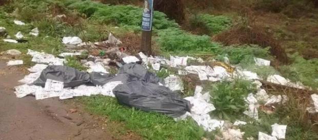 Boletas tiradas en un descampado