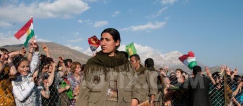 Primo piano di una combattente del PKK