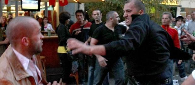 Interlopii români au agresat doi italieni la Deva