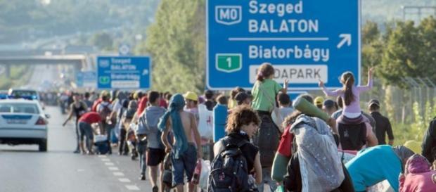 Refugiati sirieni in mars catre Germania.