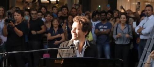 Mika di X Factor si esibisce a Milano