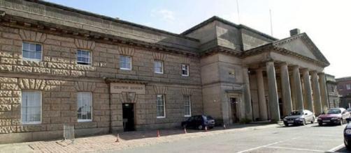 O caso está a ser julgado no Chester Crown Court.