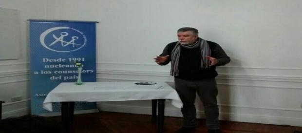 Alejandro Corbalán dialogando con varios pacientes