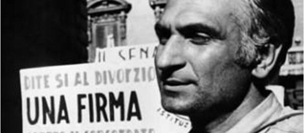 Un giovane Marco Pannella ai referendum del '74