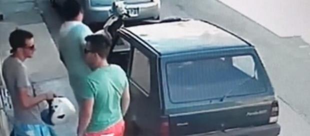 Homem avaliando distâncias antes de tirar o carro