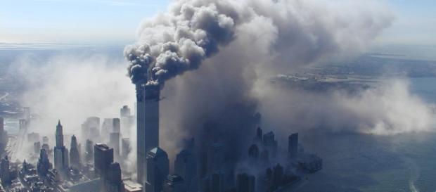 La columna de humo obscurece el sur de Manhattan