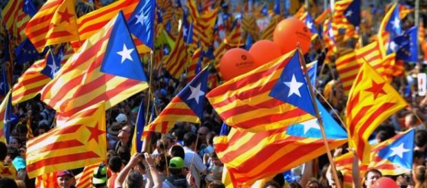 Catalães saem à rua defendendo a independência.