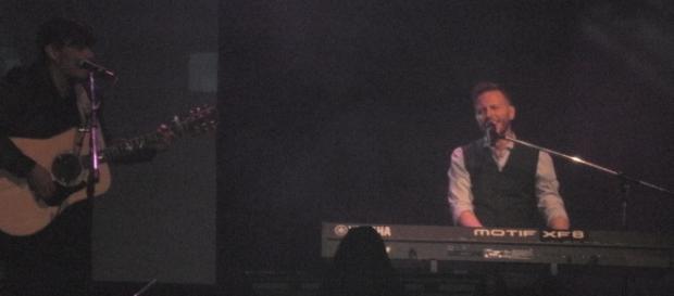El cantante alentó al público a sugerir canciones