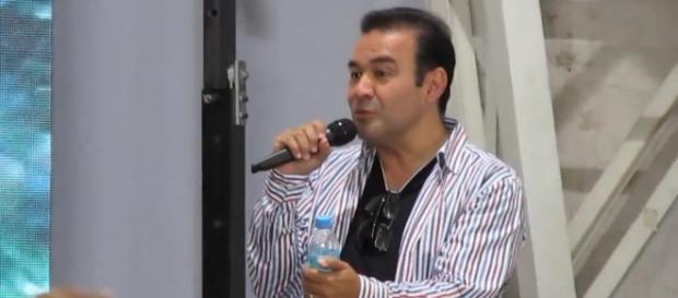 Mario Castañeda respondiendo preguntas en Córdoba