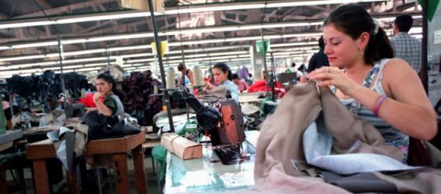 Mulheres costurando em um país latino-americano.