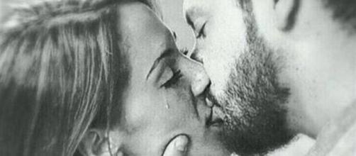 Manu y Susana de MYHYV besándonse