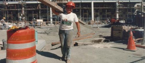 Mujer trabajando duro en la obra