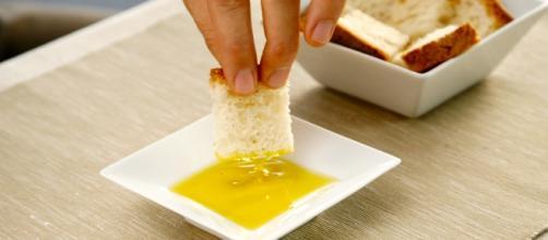 Pan con aceite de oliva extra virgen