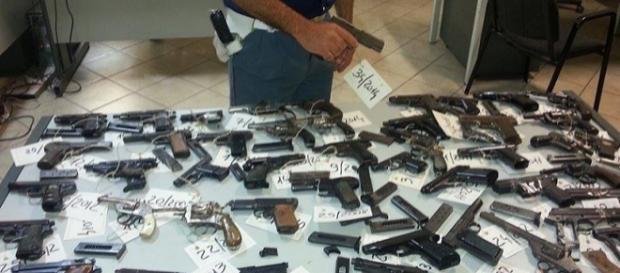 Le armi ritirate dalla Questura di Caltanissetta
