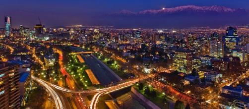 Santiago del Cile di notte (foto: Wikipedia)