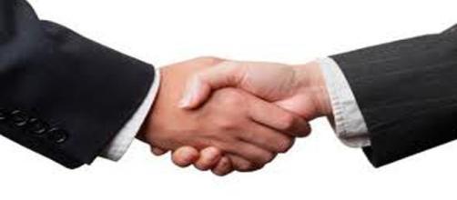 stretta di mano al raggiungimento di un accordo